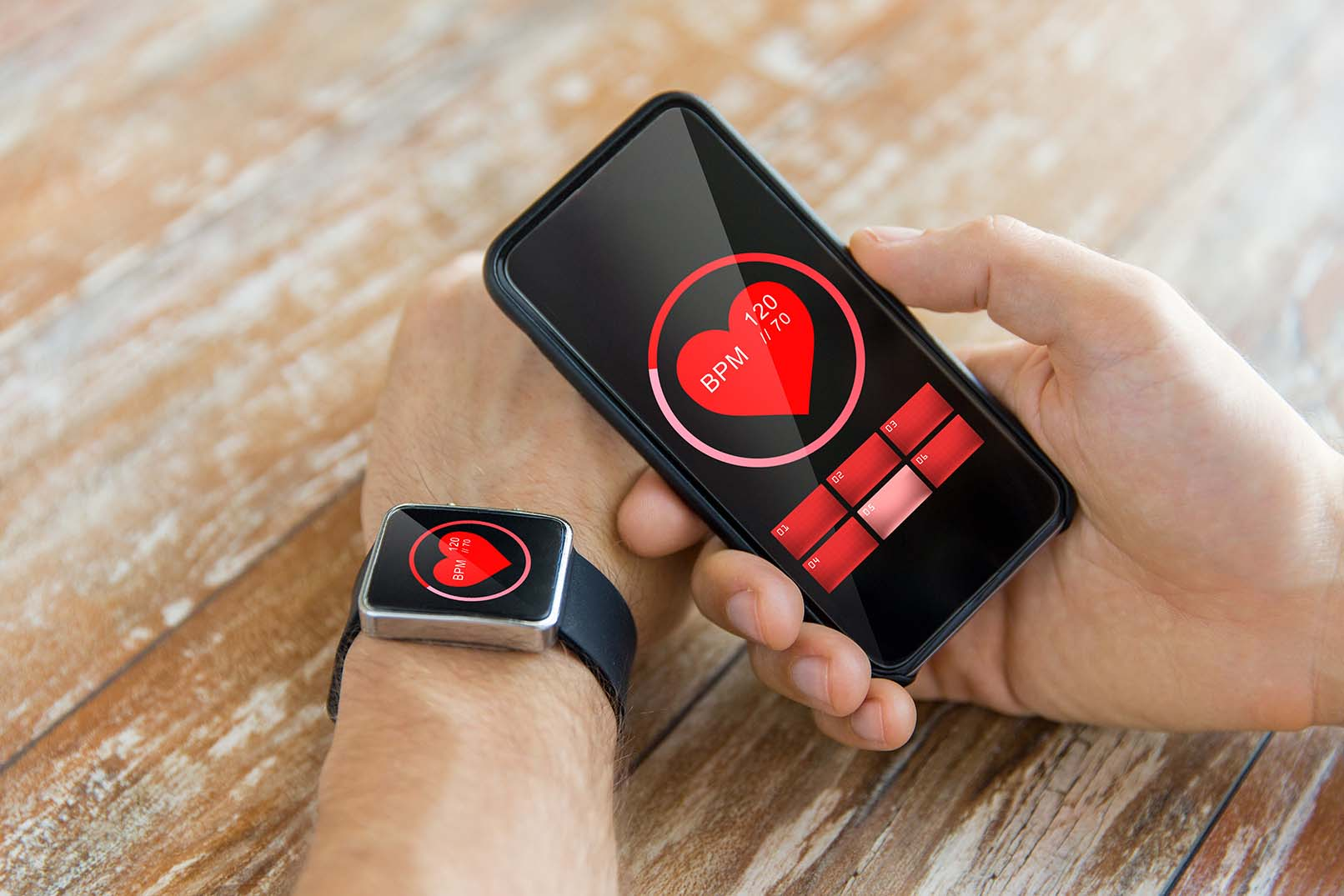 A IoT na medicina é aplicada a partir de dispositivos vestíveis, que coletam informações por meio de sensores. O aparelho extrai informações do paciente e armazena, possibilitando análises mais detalhadas.
