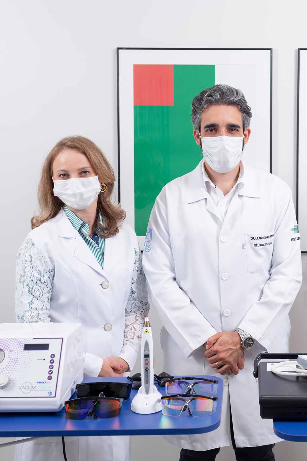 Fisioterapeuta e médico com novos equipamentos para tratamento de dor disponíveis no Norden Hospital